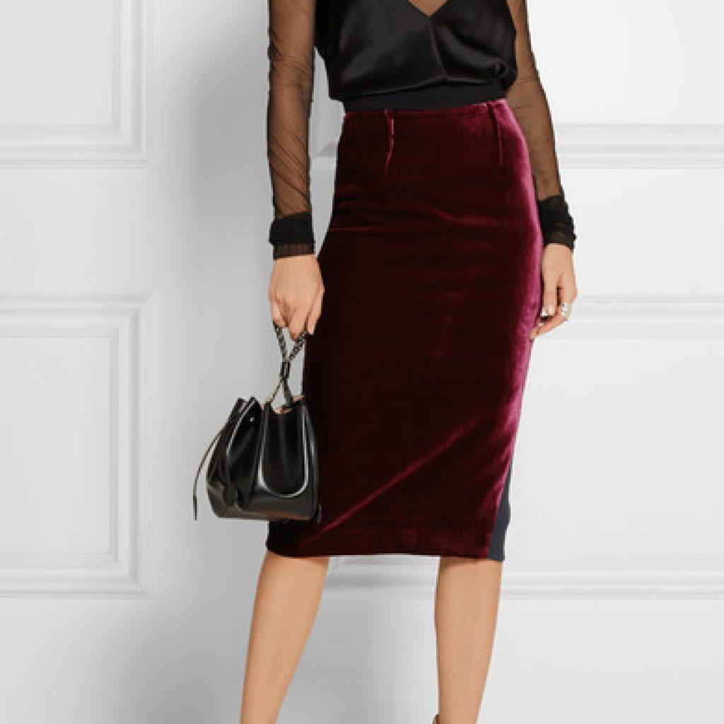 Бархатная юбка карандаш бордового цвета с черной блузкой