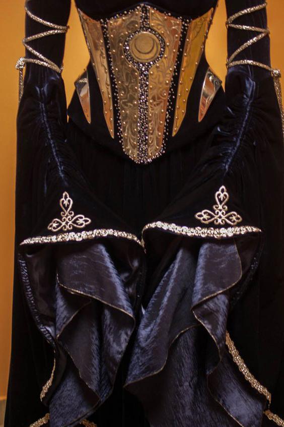 Бархатное платье цвета индиго викторианской эпохи