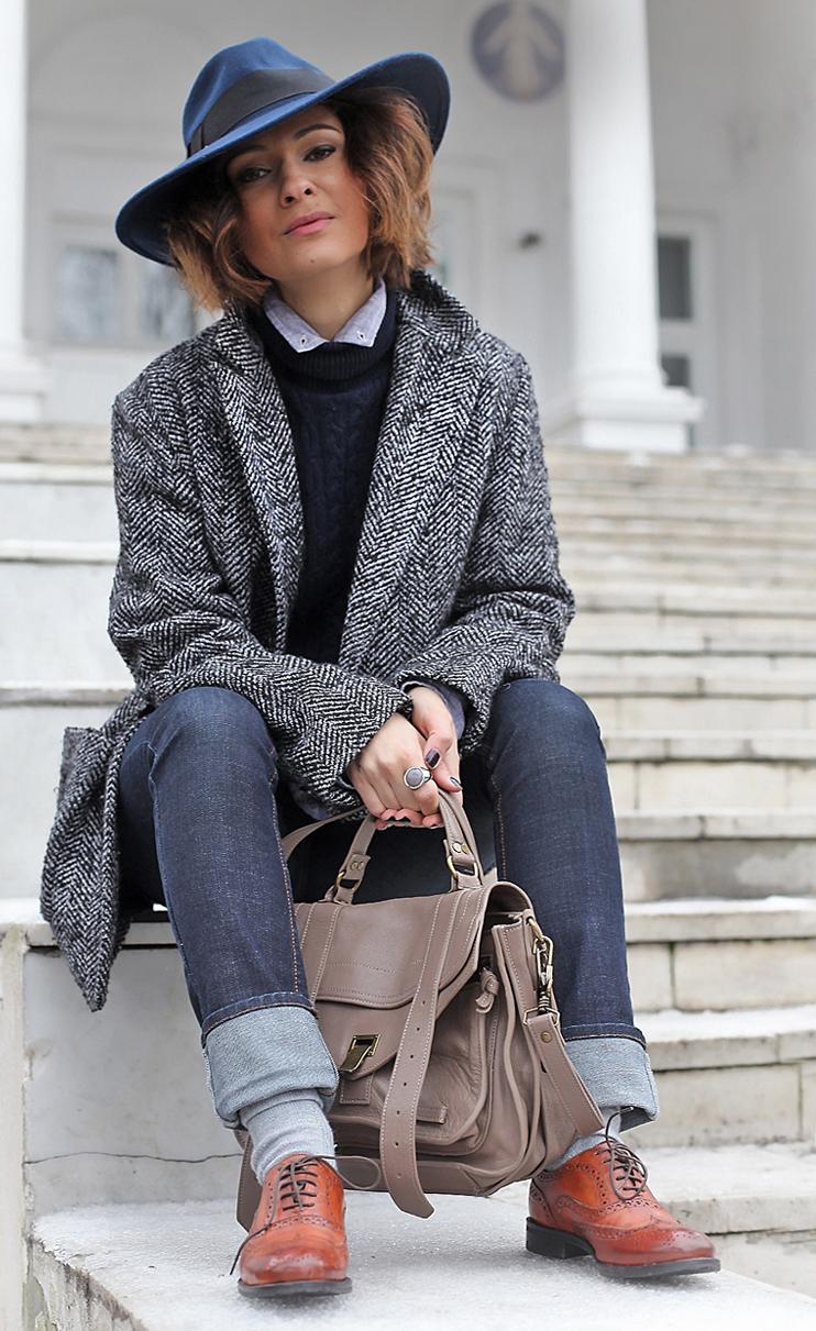 пальто короткое с синей шляпой