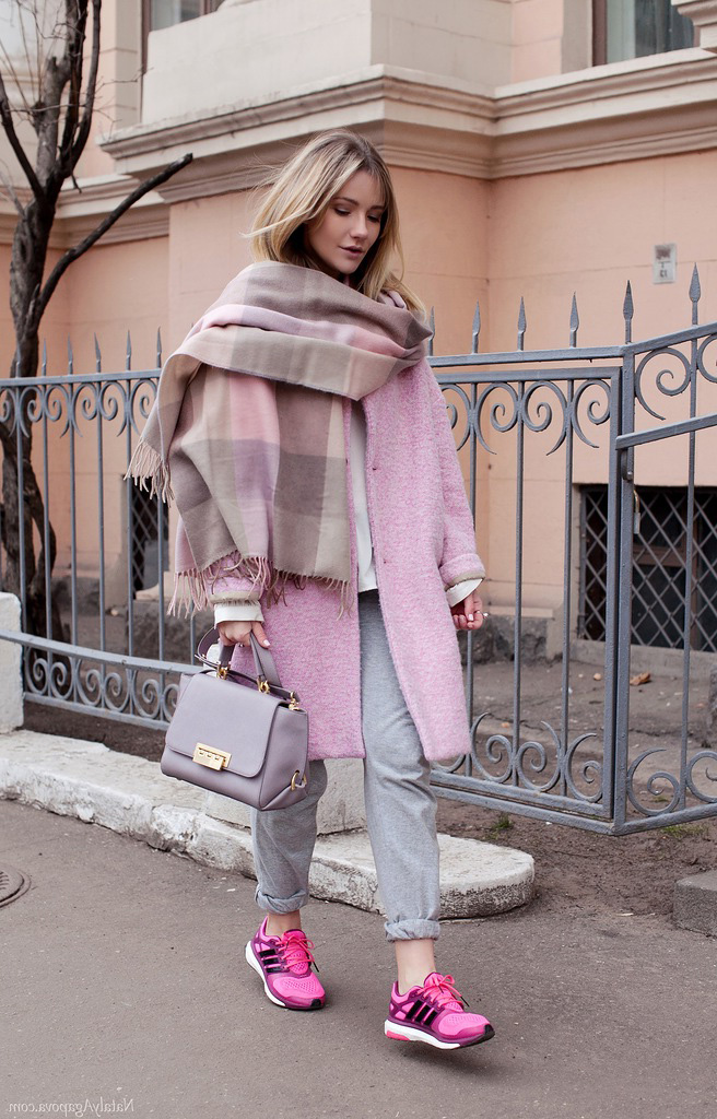 образ пальто с кроссовками