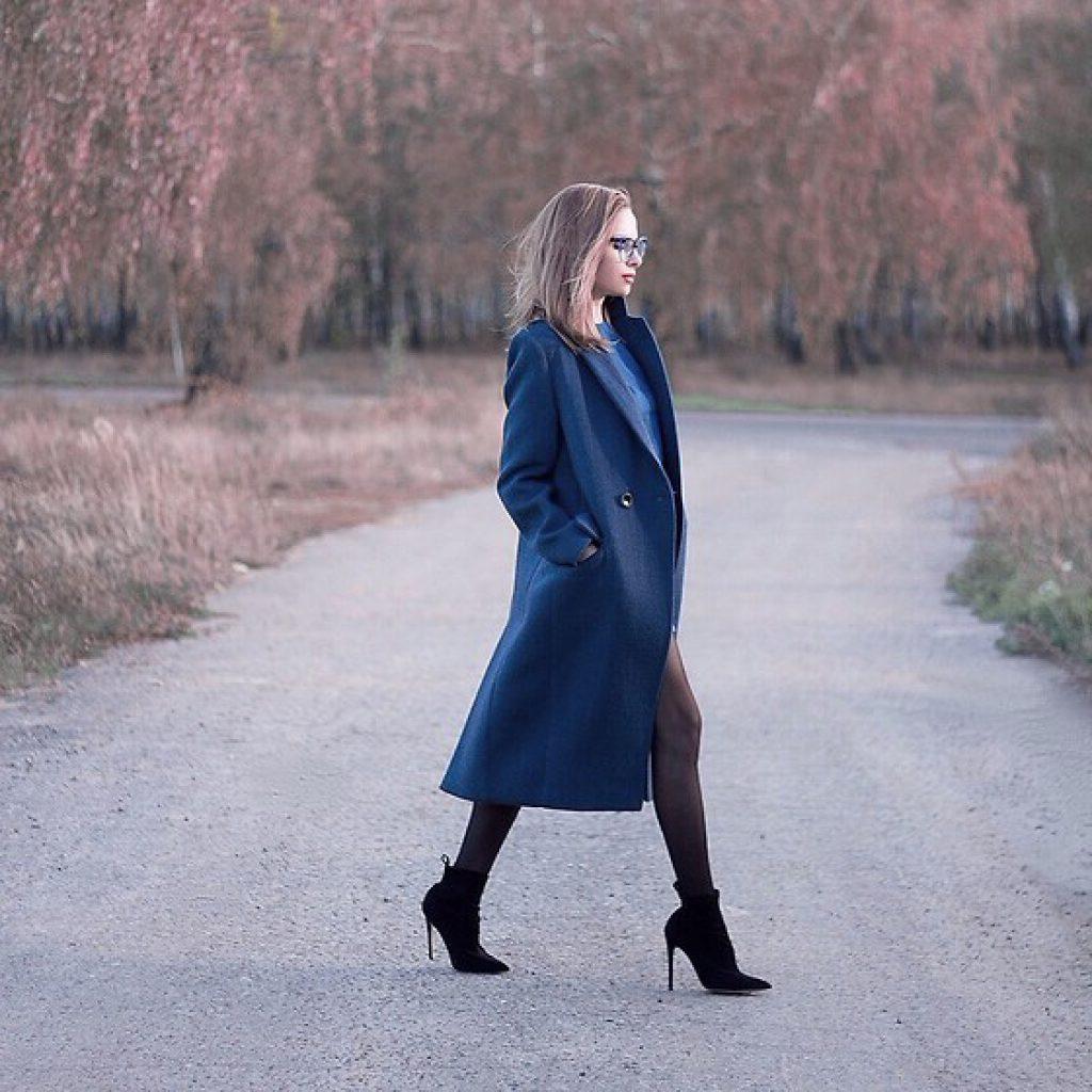 obraz-sinie-palto-s-botilyonami