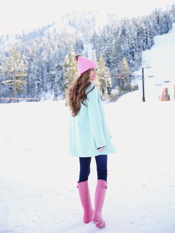 розовые резиновые сапоги с мятной курткой