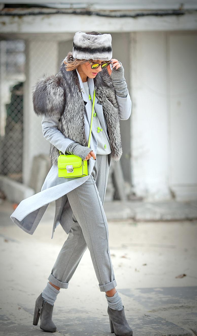 стильный лук с серым пальто и лимонной сумкой
