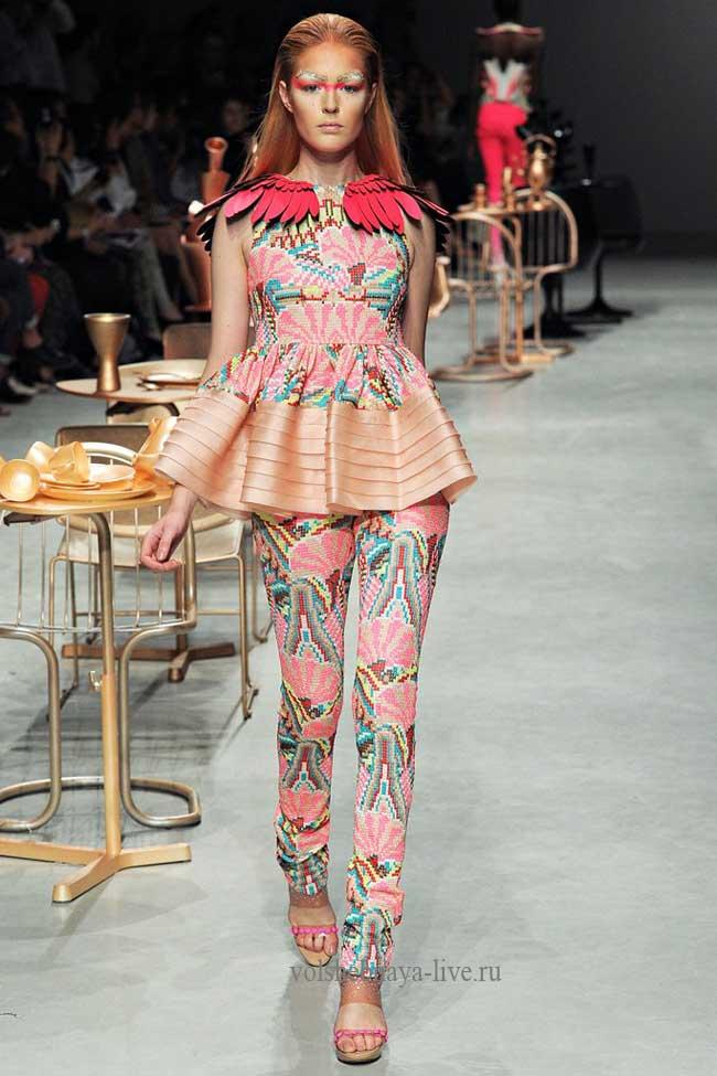 Розовые брюки с паетками.