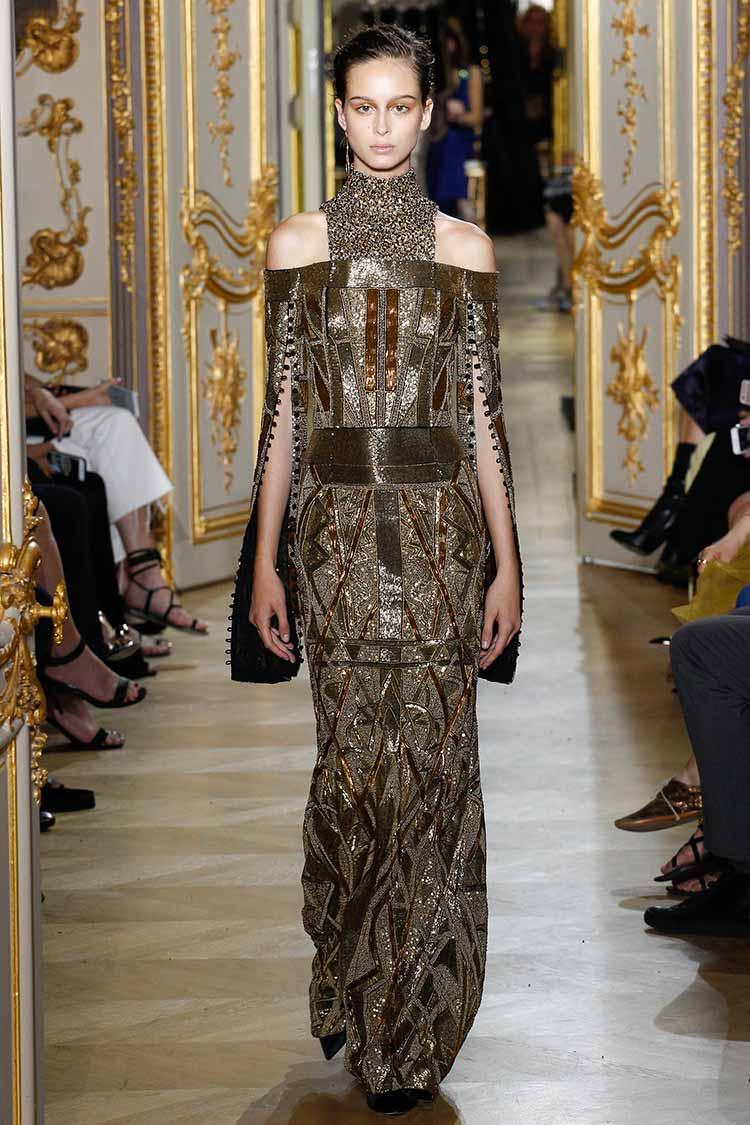 Длинное золотое платье с пайетками и открытыми плечами