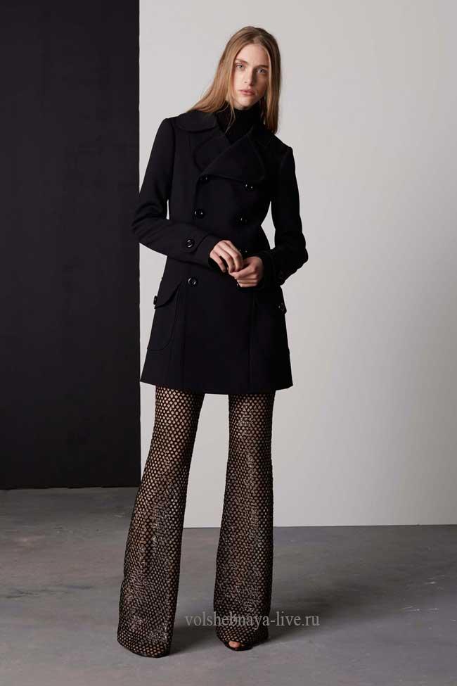 Образ с расклешенными брюками из ткани с пайетками.