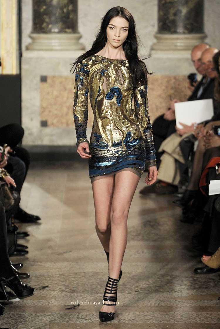 Короткое платье золотого цвета с пайетками