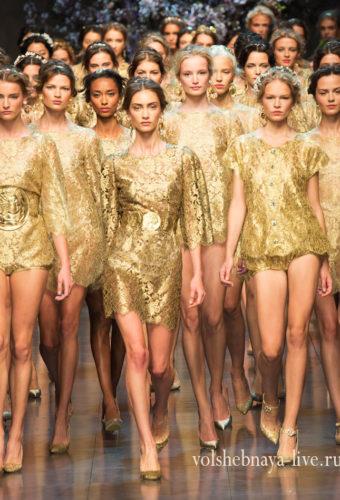 Золотое коктейльное платье с чем носить фото модных блогеров и знаменитостей