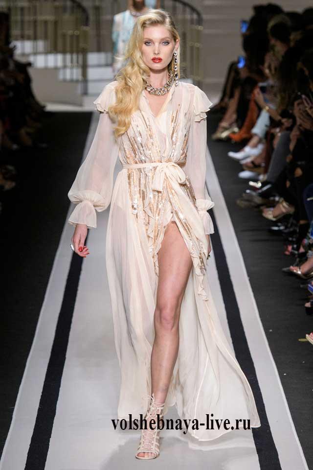 Платье в пол из бежевого шифона с рюшами на запах