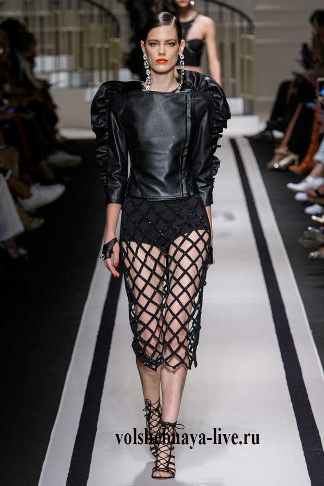 Модные акценты кожаная куртка с воланами на рукаве в комплекте с юбкой футляр