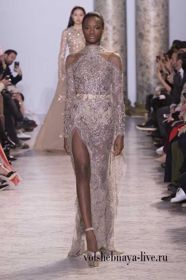 Прямое блестящее платье с открытыми плечами Эли Сааб