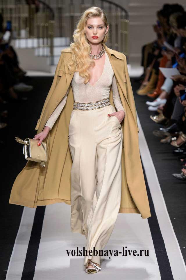 Сочетание песочного пальто с бежевыми брюками Elisabetta Franchi весна 2017