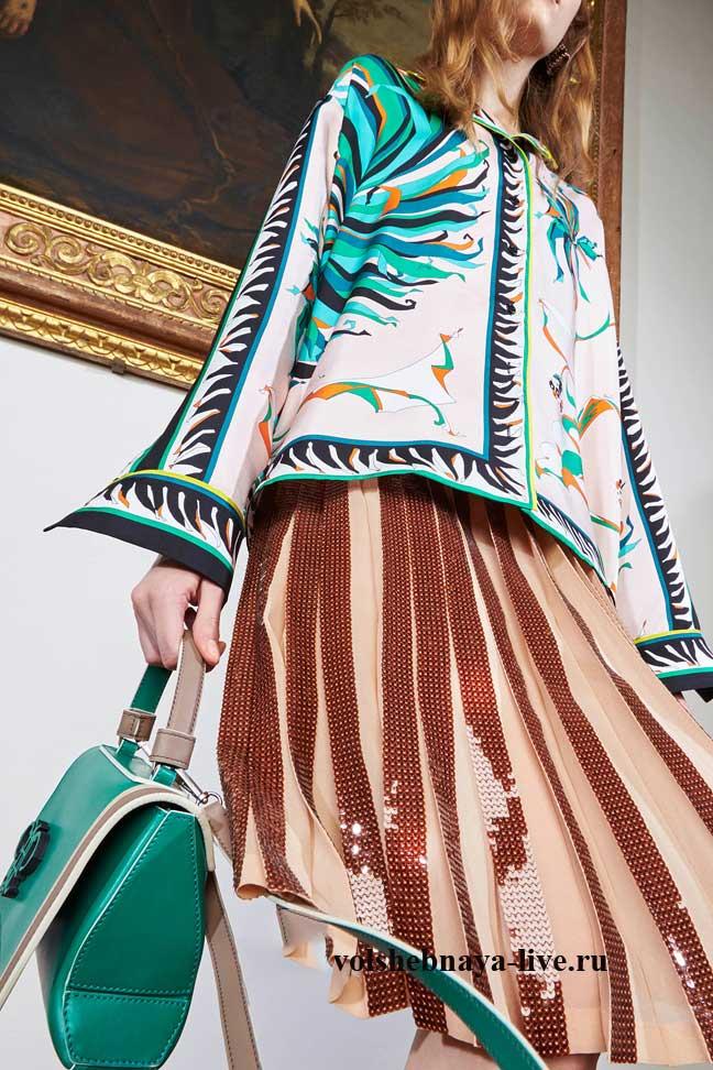 Карамельная юбка в пайетках и бархатный пиджак