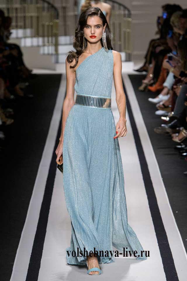 Платье в пол нежно голубого цвета с подчеркнутой линией талии