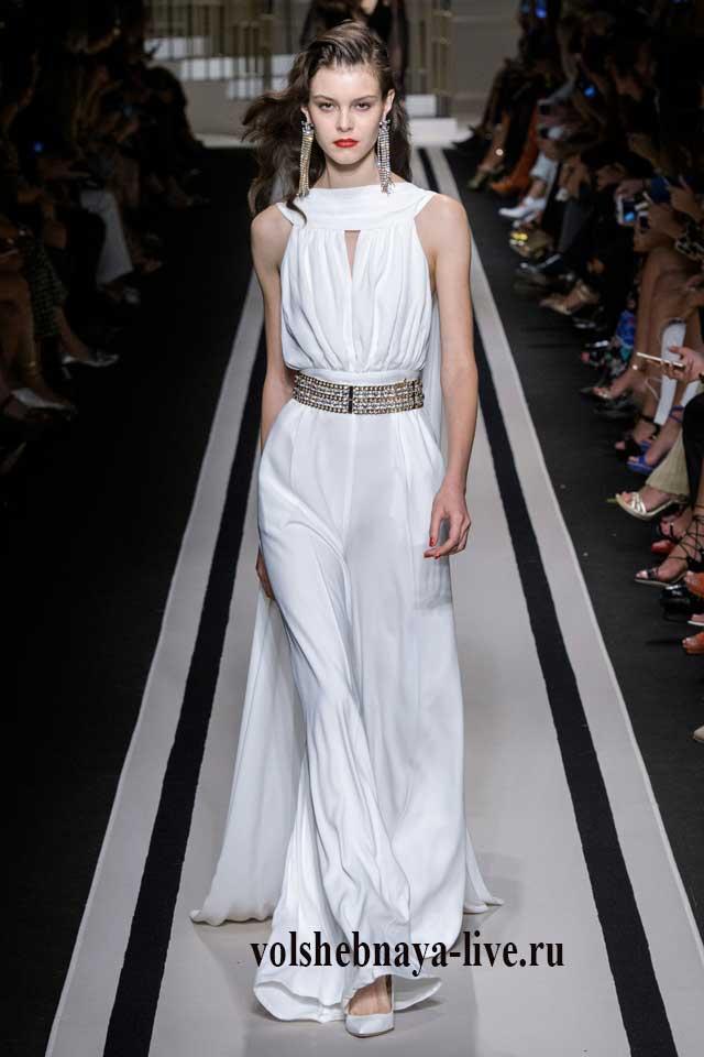 Платье задрапированное по линии лифа, белого цвета в пол