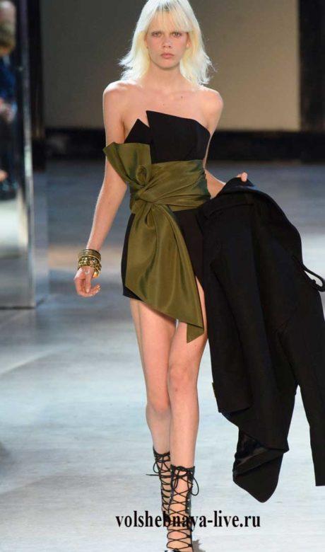 Мини платье бюстье черное подхваченное широким поясом цвета хаки.