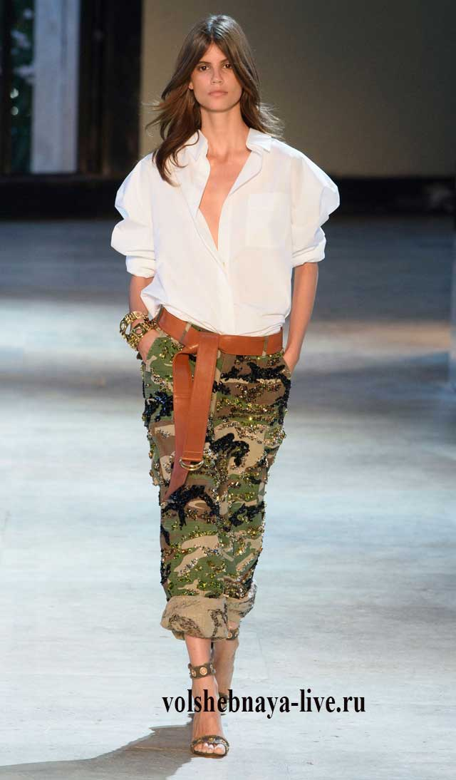 Свободного кроя женские брюки в стиле милитари в сочетании с белой блузой