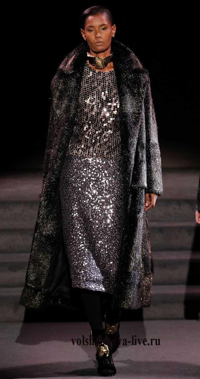 Натуральная шуба прекрасно дополняет платье в пайетках цвета металлик