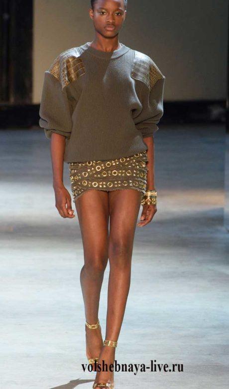 Джемпер цвета хаки и мини юбка из котона.