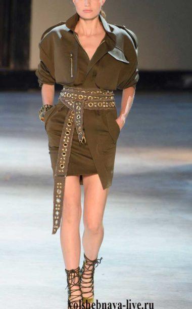 Платье в стиле милитари бутылочного цвета от Александра Вотье