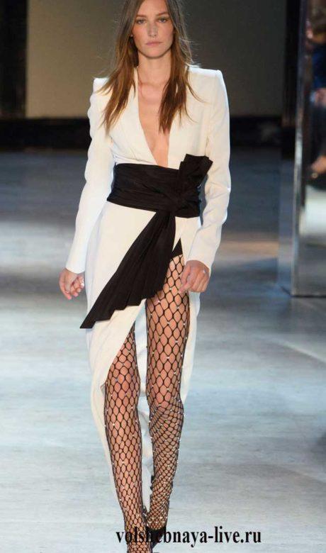 Белое платье, подчеркнутое шиоким поясом черного цвета. Сочетается с ажурными колготами в крупную сетку