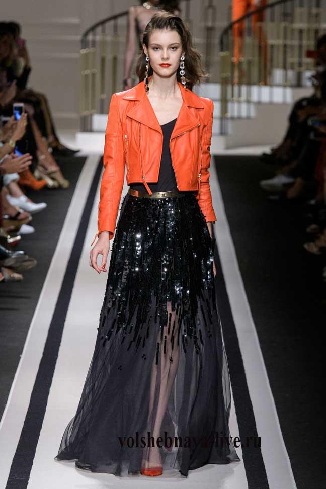 черная юбка в пол с кожаной курткой косухой кораллового цвета.