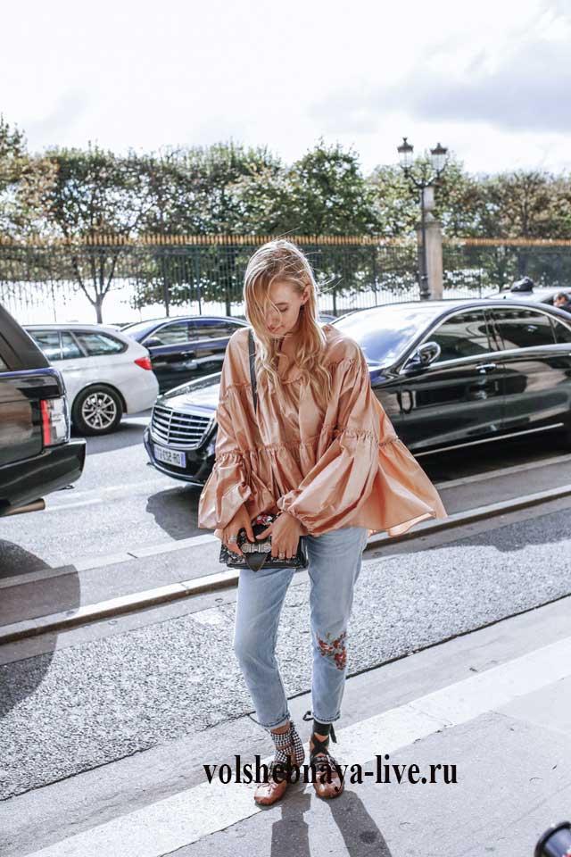Образ с джинсами и бежевой летящей блузой
