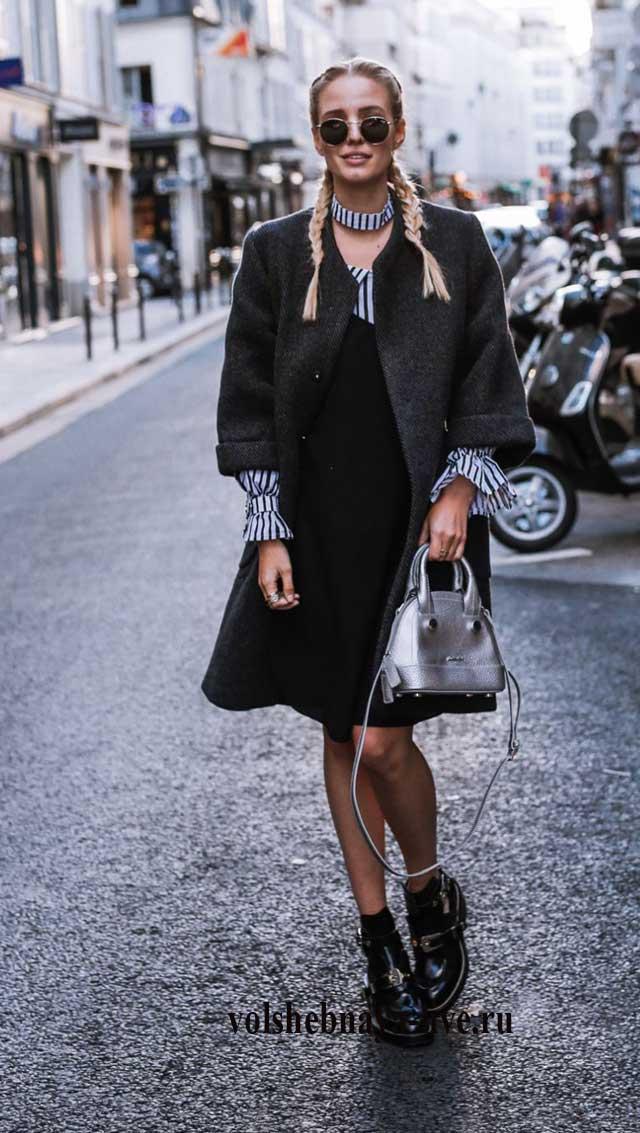 Сочетание рубашки в полоску с платьем комбинация и серым пальто