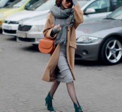 Серое платье футляр в луке с пальто цвета кэмел