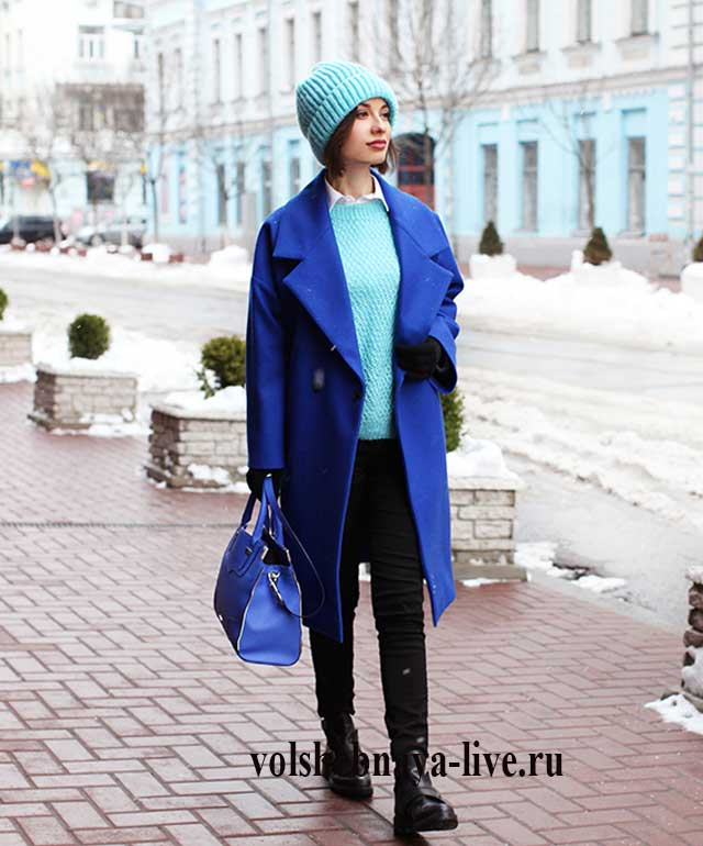 Пальто кокон цвета электрик с бирюзовым свитером