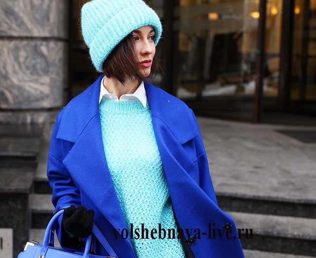 Бирюзовый свитер с ярко синим пальто