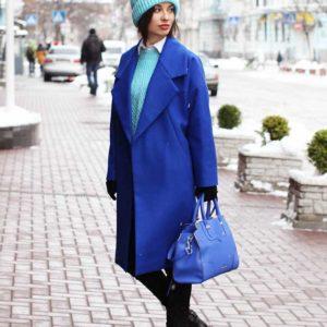 Образ  с синим пальто оверсайз