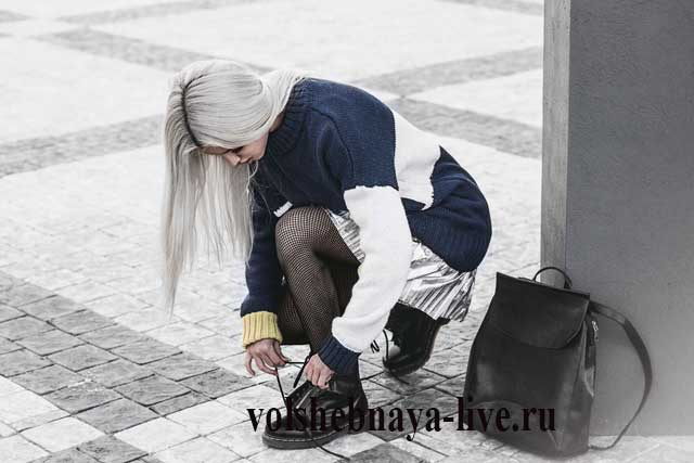 Сине белый свитер с мини юбкой горе серебряного цвета
