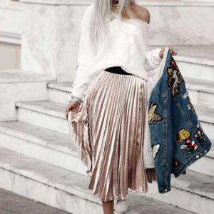 Бежевая юбка миди и джинсовая куртка с вышивкой