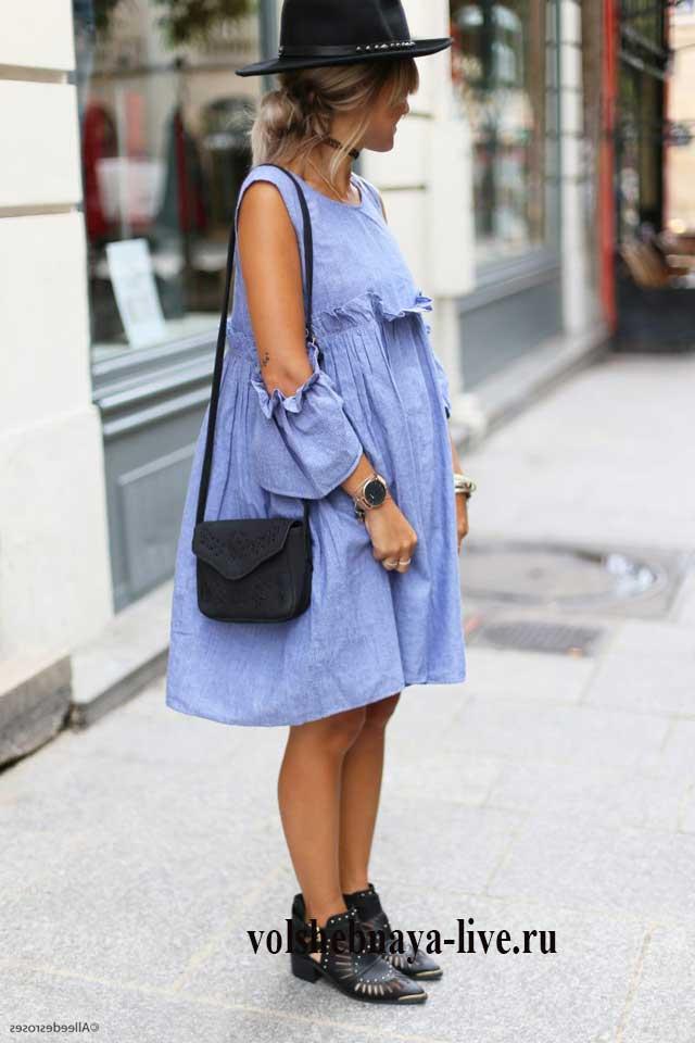 Образ с джинсовым платьем оверсайз и черной шляпой