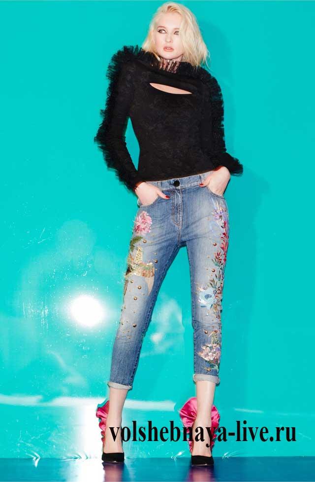 Элегантный образ с вышитыми джинсами