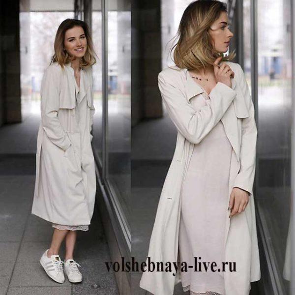 Бежевое платье комбинация с кремовым плащем