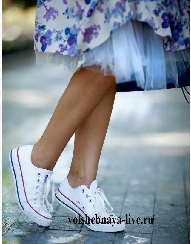 Как носить пышную юбку с цветами под белые кеды