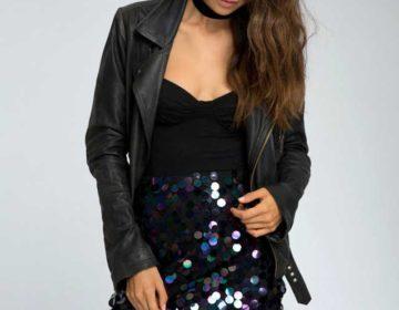 Мини юбка в радужных пайетках с черной курткой косухой