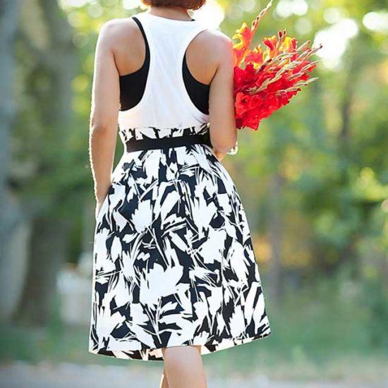 Пышная юбка с цветами, белая майка алкоголичка и шикарная шляпа
