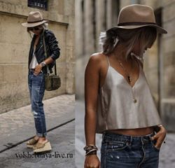 Косуха, бежевая шляпа и рваные джинсы