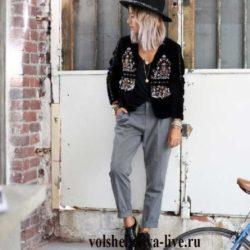 Бархатный пиджак с вышивкой в сочетании с брюками чинос