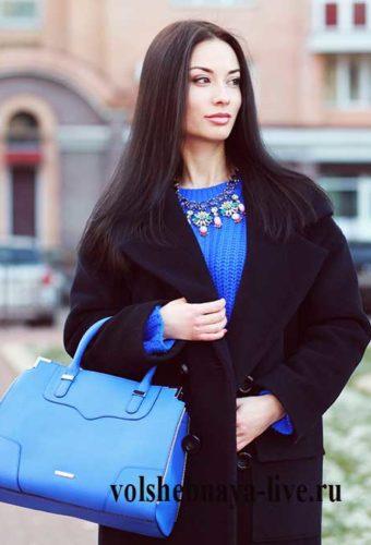 Образ с черным пальто и синим свитером