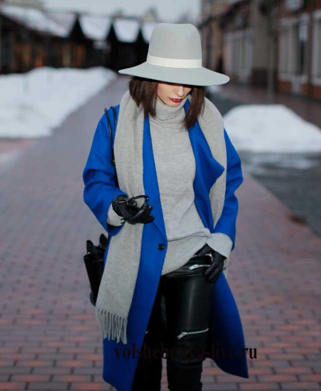 Осеннее пальто цвета электрик с серой шляпой