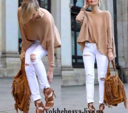 Бежевый свитер разлетайка с рваными белыми джинсами
