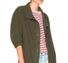 Легкий образ с пиджаком хаки и шортиками из денима