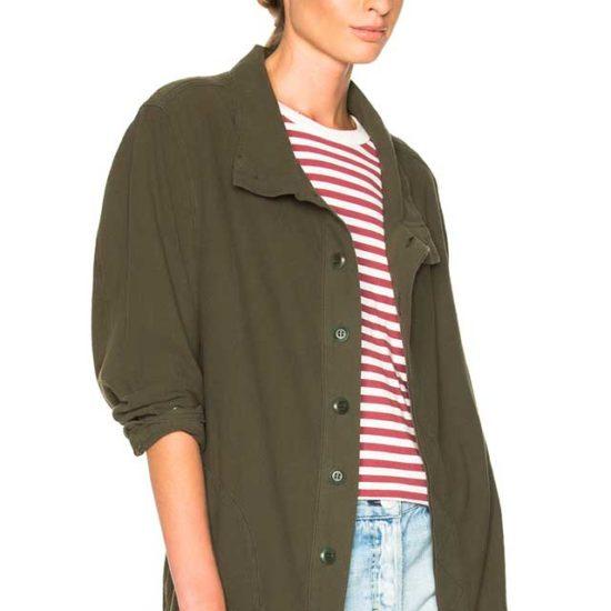 Пиджак хаки с джинсовыми шортиками и кедами