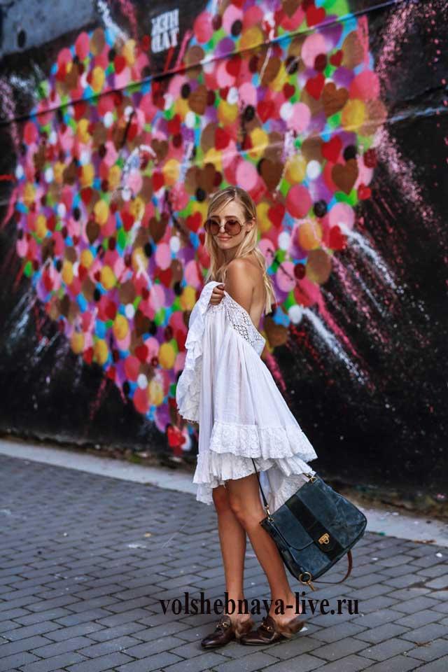 Платье разлетайка с белым кружевом и спущенными плечами