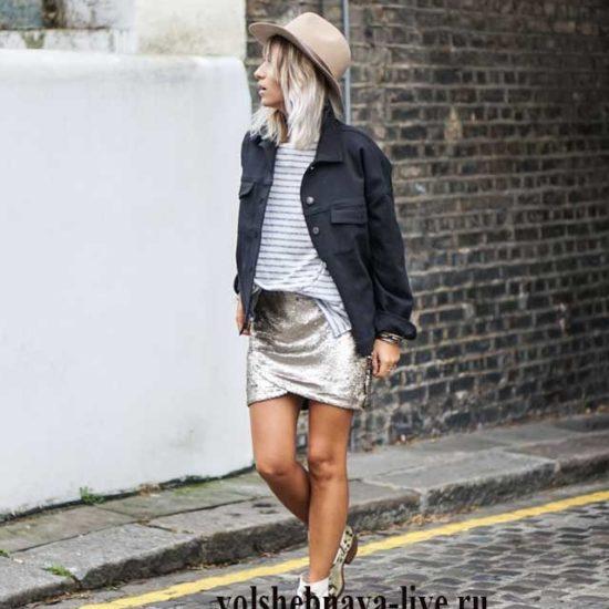 Повседневный лук с мини юбкой в пайетках серебряного цвета