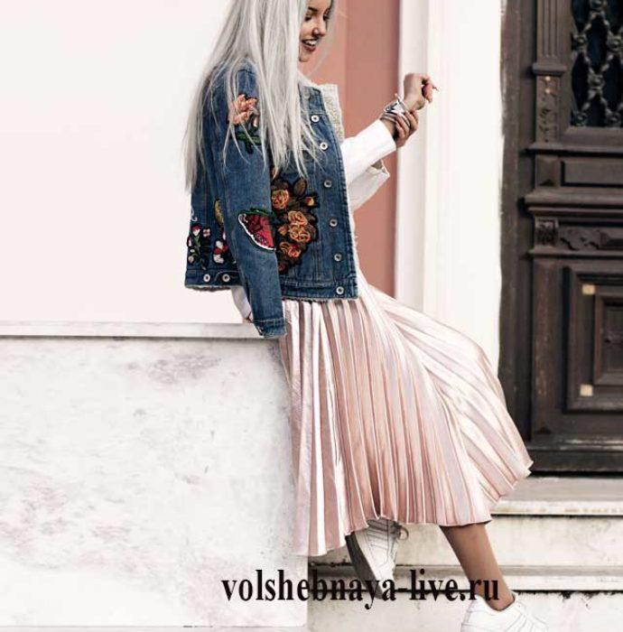 Бежевая юбка- плиссе и джинсовая куртка с вышивкой